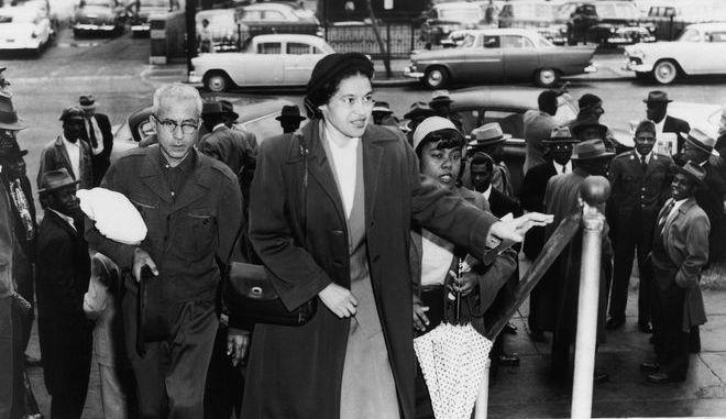 Η Ρόζα Παρκς έξω από τα δικαστήρια