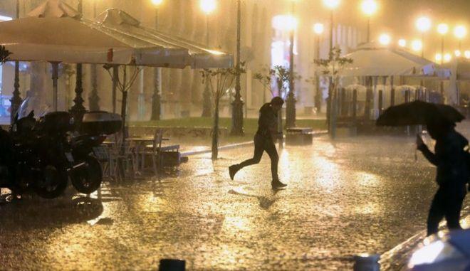 Έντονη βροχόπτωση στην Θεσσαλονίκη το βράδυ της Τρίτης 8 Νοεμβρίου 2017. (ΜΟΤΙΟΝΤΕΑΜ/ΦΑΝΗ ΤΡΥΨΑΝΗ)