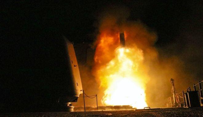 Εκτόξευση αμερικανικού πυραύλου Tomahawk κατά τις αεροπορικές επιδρομές εναντίον της Συρίας