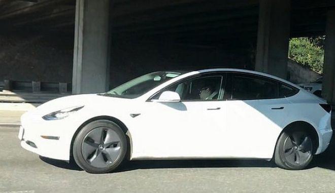 Το αυτοκίνητο Tesla εν κινήσει με τον οδηγό να κοιμάται