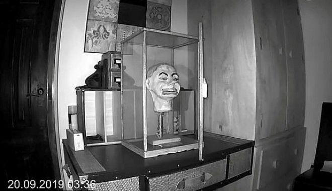 Η στιγμή που η πόρτα της προθήκης του κ. Φριτς ανοίγει μόνη της