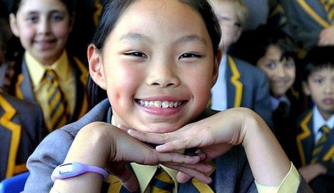 Κοριτσάκι 10 ετών μιλάει 10 γλώσσες