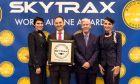 Ο κ. Μιχάλης Κουβελιώτης, Οικονομικός Διευθυντής της AEGEAN, με μέλη του πληρώματος καμπίνας, έχοντας παραλάβει το βραβείο από τον κ. Edward Plaisted, CEO του Skytrax.