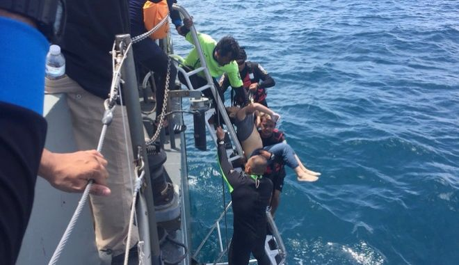 Δύτες ανασύρουν το πτώμα ενός άνδρα στα νερά του Πουκέτ, Ταϊλάνδη
