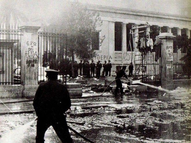 Το πρωί της 17ης Νοεμβρίου, πυροσβέστες ρίχνουν με τις μάνικες νερό στην είσοδο του Πολυτεχνείου