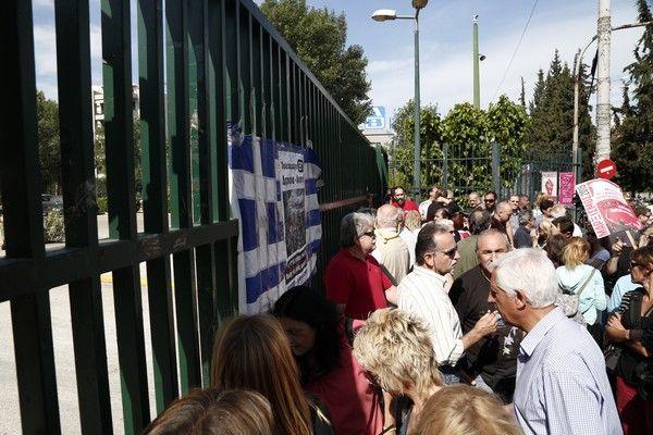 Συγκέντρωση διαμαρτυρίας από την ΠΟΣΠΕΡΤ έξω από το ραδιομέγαρο της ΕΡΤ στην Μεσογείων, την δευτέρα 11 Μαΐου 2015, ζητώντας την άρση των ασαφειών και αδικιών του νόμου που ψήφισε η Βουλή και αφορά στην επαναλειτουργία της ΕΡΤ. (EUROKINISSI/ΣΤΕΛΙΟΣ ΜΙΣΙΝΑΣ)