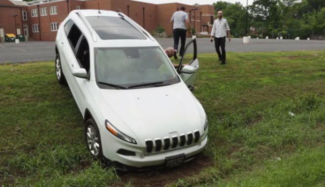 Σήμα κινδύνου. Δείτε ένα Jeep Cherokee, έρμαιο στα χέρια χάκερς (βίντεο)