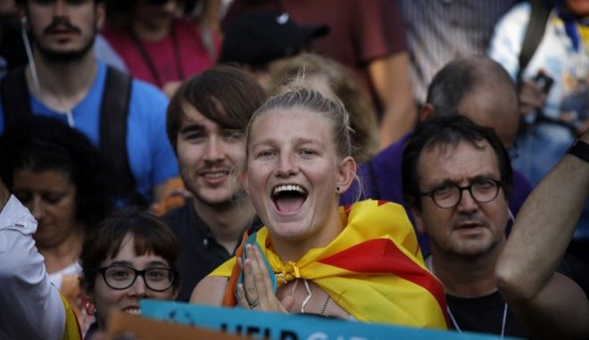Pro-independence demonstrators cheer outside the Catalan parliament, in Barcelona, Spain, Friday, Oct. 27, 2017.Catalan lawmakers voted Friday to secede from Spain, shortly before Spain's Senate approved a request by the central government to take direct control of Catalonia's affairs.((AP Photo/ Emilio Morenatti)