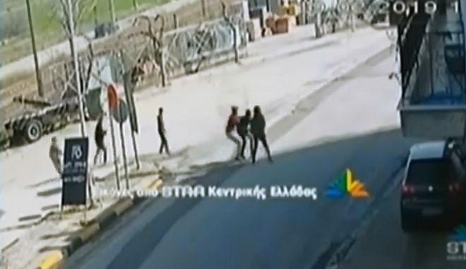 Θήβα: Καρέ-καρέ η επίθεση ανηλίκων σε γυναίκα για να αρπάξουν την τσάντα της