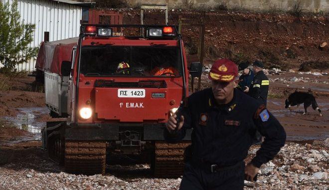 Άνδρες της ΕΜΑΚ ερευνούν χώρο για τον εντοπισμό αγνοουμένου κοντά στο αμαξοστάσιο του δήμου της Μάνδρας το Σάββατο 18 Νομεβρίου 2017. Οι νεκροί στην περιοχή φτάνουν πλέον τους 19 ενώ η αγωνία κορυφώνεται για τους αγνοούμενους. μετά από την κακοκαιρία που έπληξε τη Δυτική Αττική τις προηγούμενες μέρες. (EUROKINISSI/ΤΑΤΙΑΝΑ ΜΠΟΛΑΡΗ)