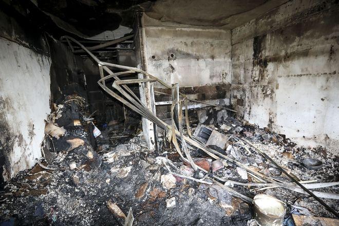 Πυρκαγιά σε διαμέρισμα στην οδό Μεγ. Αλεξάνδρου 76, στην Κατερίνη τα ξημερώματα της Κυριακής 17 Δεκεμβρίου 2017. Συνολικά τρεις άνθρωποι έχασαν τη ζωή τους από την φωτιά που ξέσπασε στο διαμέρισμα και επεκτάθηκε στην πολυκατοικία. Οι άνδρες της Πυροσβεστικής εντόπισαν τον πρώτο νεκρό κατά την κατάσβεση της φωτιάς σε διαμέρισμα του πρώτου ορόφου. Κατά την επιχείρηση διάσωσης όσων βρίσκονταν στο πενταώροφο κτίριο, εντοπίστηκαν δύο άνθρωποι χωρίς τις αισθήσεις τους σε διαμέρισμα του 2ου ορόφου. Οι άνθρωποι φέρονται να έχασαν τη ζωή τους από αναθυμιάσεις ενώ διασώθηκαν άλλοι 8 άνθρωποι. Η πυροσβεστική έσπευσε με επτά οχήματα και είκοσι άντρες. (MOTIONTEAM/ΒΑΣΙΛΗΣ ΒΕΡΒΕΡΙΔΗΣ)