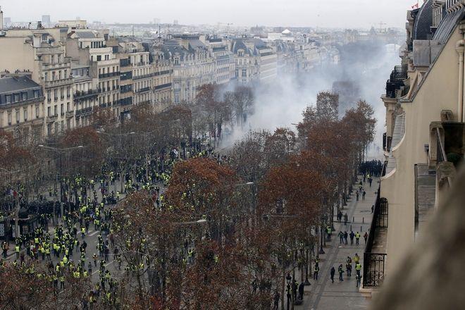 Διαδηλωτές και δακρυγόνα στα Ηλύσια Πεδία