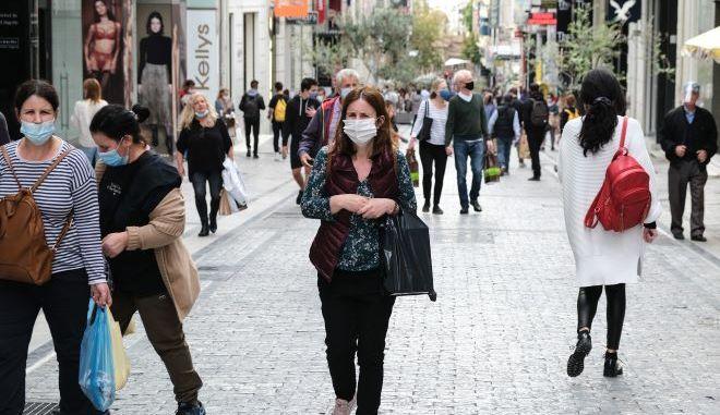 Κόσμος με μάσκες περπατά στην Αθήνα
