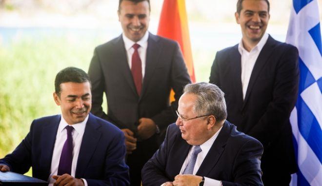 Ο Νίκος Κοτζιάς και ο Νίκολα Ντιμιτρόφ υπογράφουν τη συμφωνία των Πρεσπών