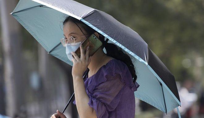 Γυναίκα με μάσκα στην Κίνα (AP Photo/Ng Han Guan)