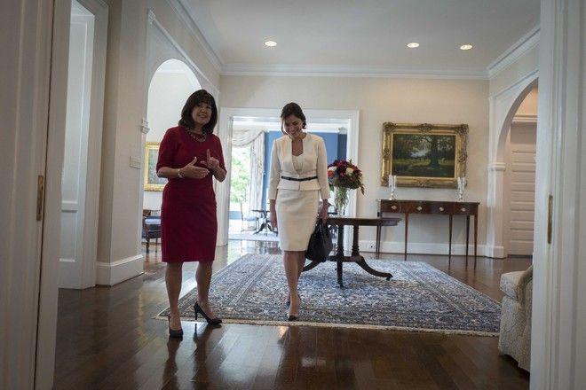 Συνάντηση του Πρωθυπουργού Αλέξη Τσίπρα με τον Πρόεδρο των ΗΠΑ Ντόναλντ Τράμπ την Τρίτη 17 Οκτωβρίου 2017, στον Λευκό Οίκο. Στη φωτό η σύντροφος του Πρωθυπουργού Μπέττυ Μπαζιάνα(δ). (EUROKINISSI/ΓΡΑΦΕΙΟ ΤΥΠΟΥ ΠΡΩΘΥΠΟΥΡΓΟΥ/ANDREA BONETTI)