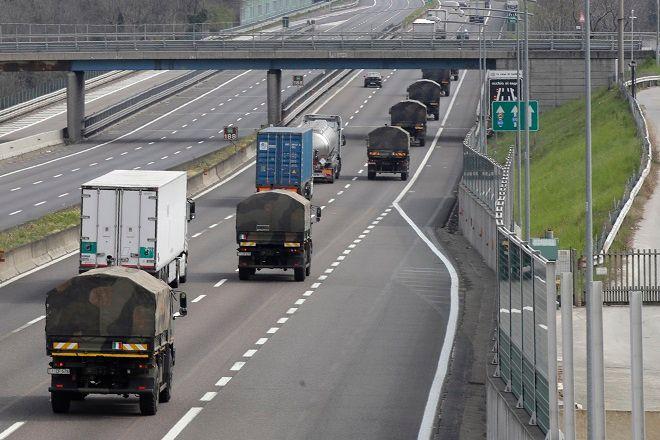 Στρατιωτικά φορτηγά μεταφέρουν σορούς με νεκρούς κοντά στο Μπέργκαμο