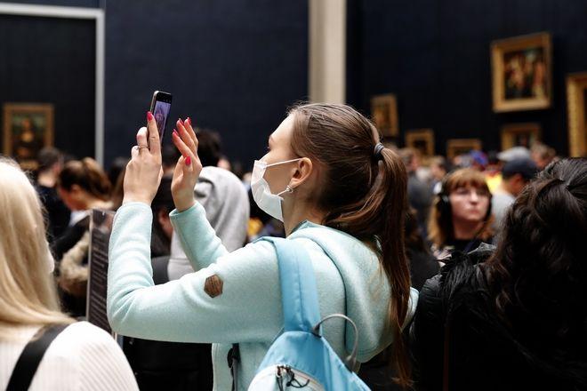 Τουρίστες με μάσκες στο Μουσείου του Λούβρου