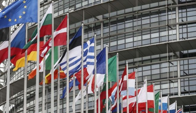 Οι σημαίες ευρωπαϊκών χωρών στο ευρωπαϊκό Κοινοβούλιο  (AP Photo/Jean-Francois Badias)