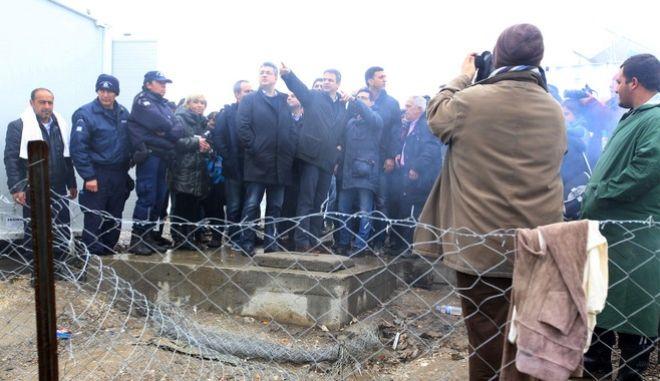 Επίσκεψη του προέδρου της Νέας Δημοκρατίας Κυριάκου Μητσοτάκη στον καταυλισμό των προσφύγων στην Ειδομένη την Τρίτη 15 Μαρτίου 2016. Ο πρόεδρος της ΝΔ συνοδευοταν από τον Ειδικό Συντονιστή Μεταναστευτικής Πολιτικής, Βουλευτή ΑΚΌ Αθηνών Βασίλη Κικίλια και τον Περιφερειάρχη Κεντρικής Μακεδονίας Απόστολο Τζιτζικώστα.  (ΜΟΤΙΟΝΤΕΑΜ/ΒΑΣΙΛΗΣ ΒΕΡΒΕΡΙΔΗΣ)
