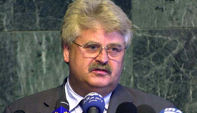 Chairman of the Foreign Affairs and Human Rights Committee of the European Parliament Elmar Brok, answers the media during a press confrence in Tehran, Iran, Saturday, July 20, 2002. A delegation from the European parliament wrapped up a day of meetings with Iranian leaders in Tehran. The five-member group, headed by Brok, are in Iran on a three-day goodwill visit to promote parliamentary relations with the Islamic Republic.  (AP Photo/Hasan Sarbakhshian)