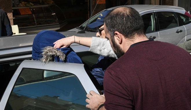Η 27χρονη συνοδεία αστυνομικών κατά την έξοδό της από το δικαστικό μέγαρο της Πάτρας