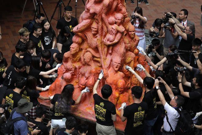 Ο πυλώνας της ντροπής, Χονγκ Κονγκ. Φοιτητές τον καθαρίζουν ως ένδειξη τιμής στα θύματα της 4ης Ιουνίου του 1989