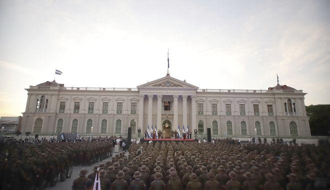 Ο πρόεδρος του Ελ Σαλβαδόρ Ναγίμπ Μπουκέλε εκφωνεί ομιλία μπροστά σε παραταγμένους στρατιωτικούς