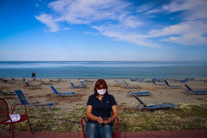 Με άδειες καρέκλες και ξαπλώστρες στην παραλία της Λάρισας,διαμαρτυρήθηκαν σήμερα το απόγευμα ιδιοκτήτες και επαγγελματίες στον χώρο της εστίασης,για την επιβίωση του κλάδου στις νέες συνθήκες λόγω κορονοϊού, Τετάρτη 6 Μαϊου 2020  (EUROKINISSI/ΛΕΩΝΙΔΑΣ ΤΖΕΚΑΣ)