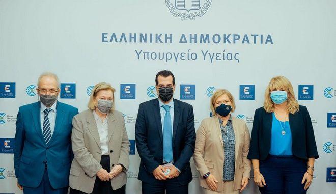 Από αριστερά: ο Πρόεδρος του Πανελληνίου Φαρμακευτικού Συλλόγου Απόστολος Βαλτάς, η  Πρόεδρος  της Εθνικής Επιτροπής Εμβολιασμών, Μαρία Θεοδωρίδου, ο Υπουργός Υγείας Θάνο Πλεύρη, η Αναπληρώτρια Υπουργό Υγείας Μίνα Γκάγκα και η Αντιπρόεδρος του Πανελληνίου Ιατρικού  Συλλόγου Άννα Μαστοράκου.