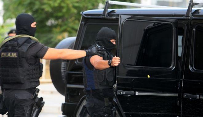 Αστυνομικοί έξω από το Εφετείο όπου μεταφέρθηκε ο Νίκος Μαζιώτης το Σάββατο 19 Ιουλίου 2014. Στη συνέχεια αναμένεται να μεταφερθεί στο νοσοκομείο των φυλακών Κορυδαλλού και να συνεχιστεί εκεί η νοσηλεία του. Παρά την αντίθετη γνώμη των γιατρών του Ευαγγελισμού, ο Νίκος Μαζιώτης υπέγραψε υπεύθυνη δήλωση με την οποία αναλαμβάνει την ευθύνη για την κατάσταση της υγείας του και ζήτησε να πάρει εξιτήριο από το νοσοκομείο.  (EUROKINISSI/ΤΑΤΙΑΝΑ ΜΠΟΛΑΡΗ)