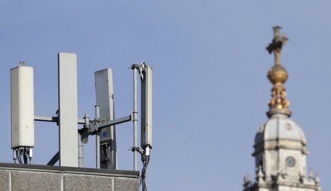 Δίκτυο τηλεφωνίας δίπλα στον καθεδρικό του Αγ. Παύλου στο Λονδίνο
