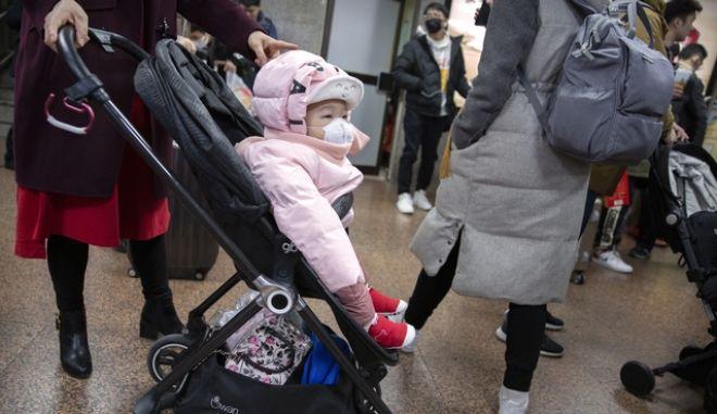 Μωρό φοράει μάσκα στο Πεκίνο, λόγω της έξαρσης του κοροναϊού