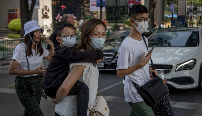 Κινεζικές οικογένειες που φορούν μάσκες προσώπου