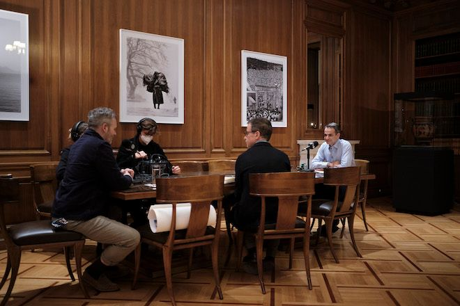 Ο Κυριάκος Μητσοτάκης παραχωρεί συνέντευξη στο περιοδικό Monocle, στους δημοσιογράφους Tyler Brûlé και Andrew Tuck, Αθήνα, 21 Ιανουαρίου 2021.