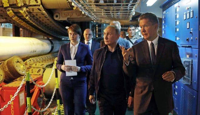Ο Βλάντιμιρ Πούτιν υπό την συνοδεία του CEO της Gazprom Αλεξέι Μίλλερ επισκέπτεται τον αγωγό φυσικού αερίου στη Μαύρη Θάλασσα