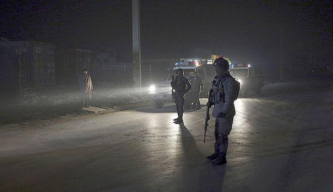 Πάνοπλος αστυνομικός σε δρόμο της Καμπούλ