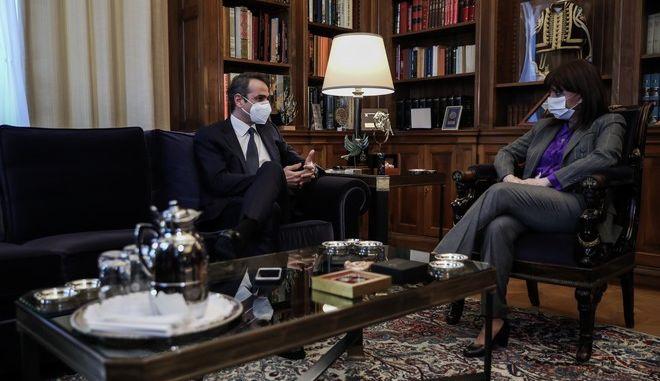 Συνάντηση της Προέδρου της Δημοκρατίας Κατερίνας Σακελλαροπούλου με τον Πρωθυπουργό Κυριάκο Μητσοτάκη