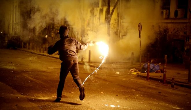 Πορεία από ομάδες αντιεξουσιαστών και οργανώσεις της εξωκοινωβουλευτικής αριστεράς για την επέτειο της δολοφονίας του Αλ. Γρηγορόπουλου την Κυριακή 6 Δεκμεβρίου 2015. Επεισόδια στα Εξάρχεια. (EUROKINISSI/ΣΤΕΛΙΟΣ ΜΙΣΙΝΑΣ)