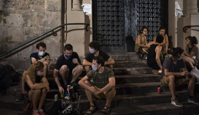 Νεαροί μαζεμένοι σε πλατεία της Βαρκελώνης