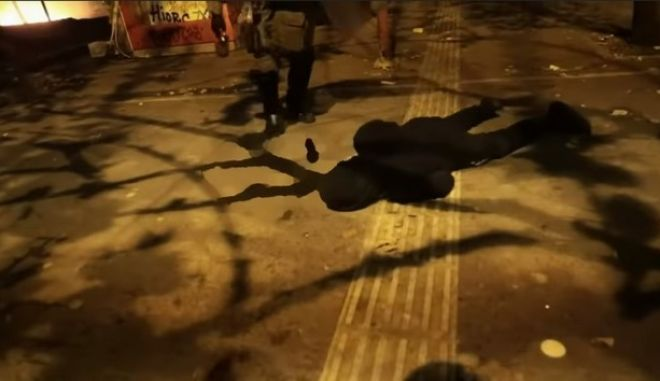 ΜΑΤ ρίχνουν ασφυξιογόνα σε πολυκατοικία και κλωτσούν πεσμένο διαδηλωτή