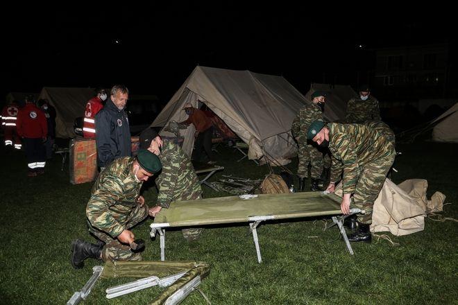 Ο Ελληνικός Σταρατός και η Πολιτική Προστασία έστησαν σκηνές στο γήπεδο του Δαμασίου για να φιλοξενηθούν οι οικογένειες που δεν μπορούν να γυρίσουν στα σπίτια τους μετά τον σεισμό των 6 Ρίχτερ