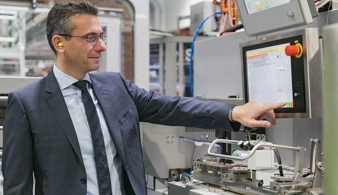 O Χρήστος Χαρπαντίδης, Πρόεδρος και Διευθύνων Σύμβουλος της Παπαστράτος θέτει σε λειτουργία το εργοστάσιο παραγωγής Heets για Iqos στον Ασπρόπυργο τον Μάρτιο του 2018