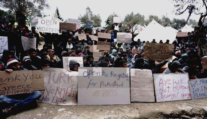 Μετανάστες στη Μυτιλήνη ζητούν να μην απελαθούν. 'Είμαι Χριστιανός, κινδυνεύω στο Πακιστάν'