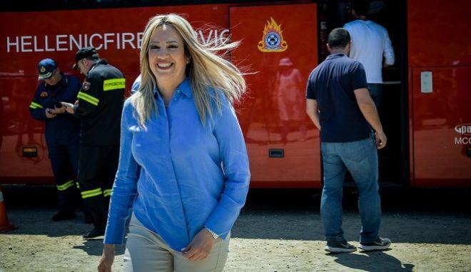 """Η πρόεδρος του ΚΙΝΑΛ Φώφη Γεννηματά επισκέφθηκε το κινητό συντονιστικό κέντρο """"Ολυμπος"""" της πυροσβεστικής που βρίσκεται στα Ψαχνά της Εύβοιας,προκειμένου να ενημερωθεί για την κατάσταση της πυρκαγιάς"""