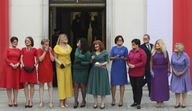 Με rainbow μάσκες στην τελετή ορκωμοσίας του Πολωνού προέδρου, Ντούντα