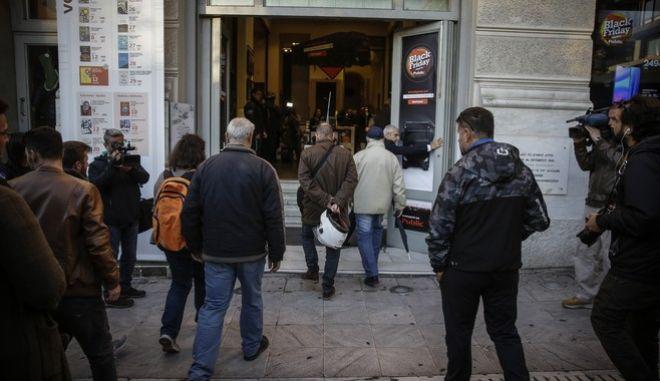 Κόσμος περιμένει έξω από κατάστημα ηλεκτρονικών ειδών στο Σύνταγμα