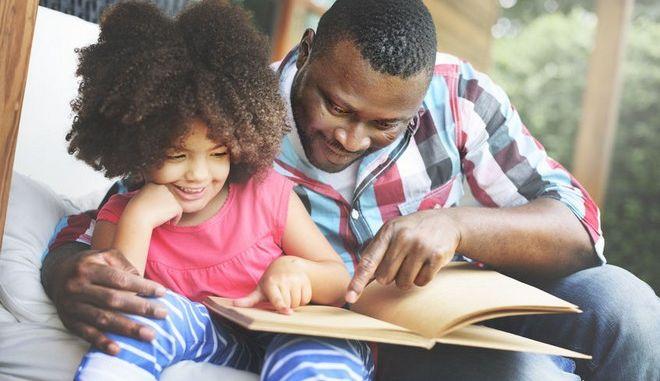 Πατέρας διαβάζει με την κόρη του ένα βιβλίο