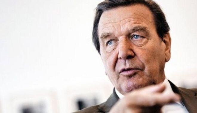 Gerhard Schroeder, Bundeskanzler a.D., Aufsichtsratsvorsitzender der Nord Stream AG, Mitglied des dreikoepfigen Direktoriums des russisch-britischen Oelkonzerns TNK-BP in seinem Buero beim Interview - Mittelformat - nur halbe Aufloesung gesendet