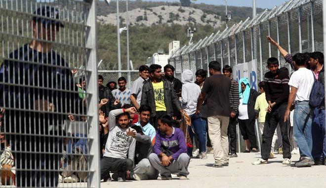 Διαμαρτυρία προσφύγων και μεταναστών(κυρίως Πακιστανών)  στο κέντρο κράτησης στην Μόρια,για την συμφωνία ΕΕ-Τουρκίας και την επαναπροώθησή τους στην Τουρκία,Τρίτη 5 Απριλίου 2016 (EUROKINISSI/ ΣΥΝΕΡΓΑΤΗΣ)